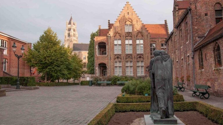 courtyard-sint-janshospitaal--kris-vlecken-wikimedia-commons